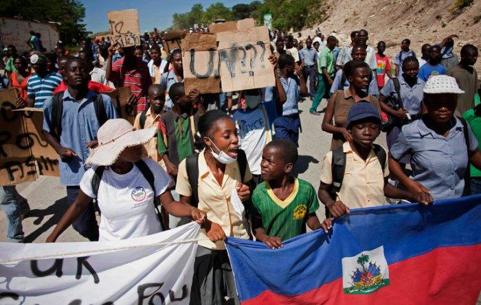 2010, manifestants contre l'ONU et pour dénoncer l'importation du Choléra par les casques bleus. Source.
