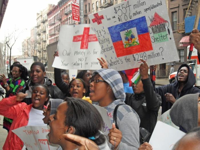 Manifestations contre La Croix Rouge (USA). Source.